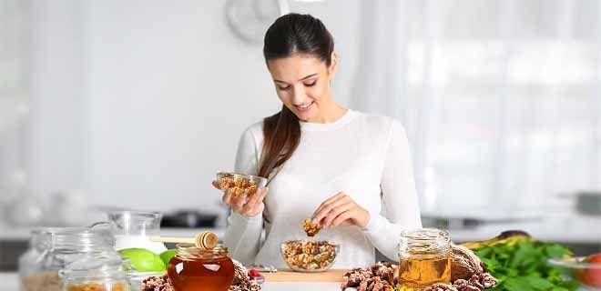 Мед с грецкими орехами для женщин