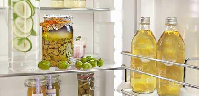 Смесь зеленые грецкие орехи с медом в холодильнике